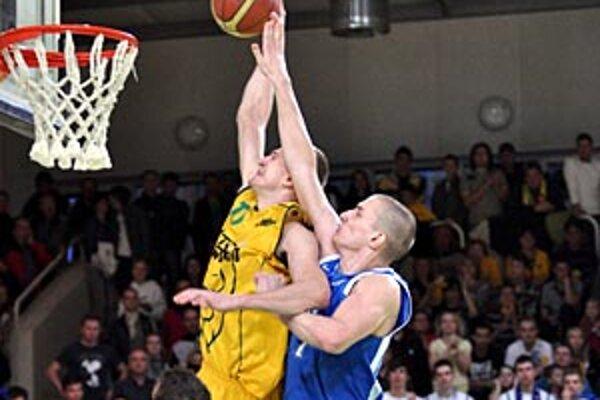 Jozef Vojtek, ktorý práve smečuje do koša, prispel k výhre 11 bodmi.
