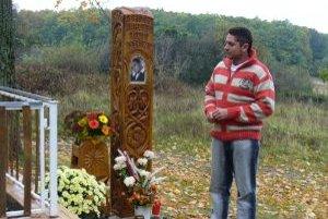 Brat Viktor pri drevenom pamätníku, ktorý Arnoldovi postavili príbuzní.