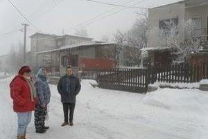 Zápach, ktorý zadúša a cítiť ho v nose, pľúcach i na jazyku. Počas zimy dym dusí obyvateľov ulice v obci Čaka.