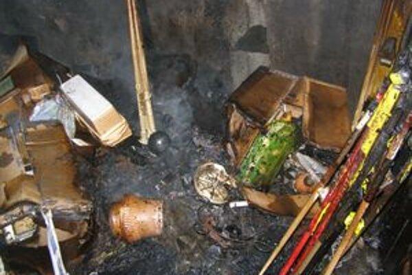 Levickí hasiči bojovali s ohňom v pivniciach domu takmer päť hodín.