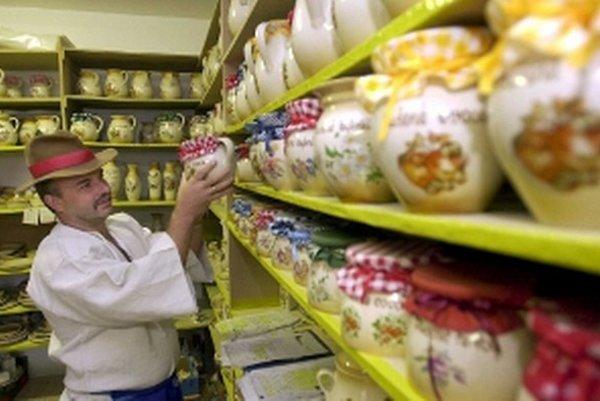 Jozef Húšek sa venuje výrobe keramiky. Archívna snímka z roku 2003.