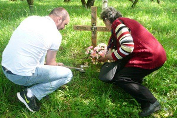 Vpravo vnučka Andreja Daňu Štefánia Dermeková zo Smolinského, iniciátorka hľadania hrobu starčeka.