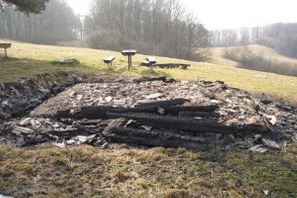 Po Útulni pod Uchánkom zostalo len zhorenisko.