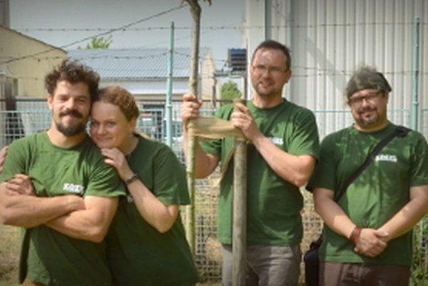 Dana Ševčíková so svojimi kolegami, s ktorými sa denne bije za stromy.