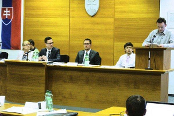 Pavol Kalman počas vystúpenia v diskusii (vpravo).
