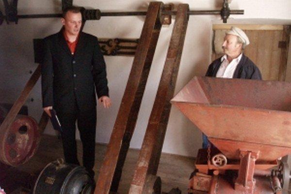 Vľavo Slavomír Bučák, vpravo Peter Pivák, súčasný majiteľ mlyna.