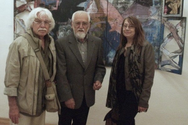 Vľavo Ján Slovák, vystavujúci docent Milan Rašla a Markéta Ježíková z Národného osvetového centra v Bratislave.