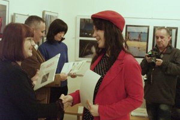 Magdaléna Marčišová (vpravo) preberá jednu z cien.