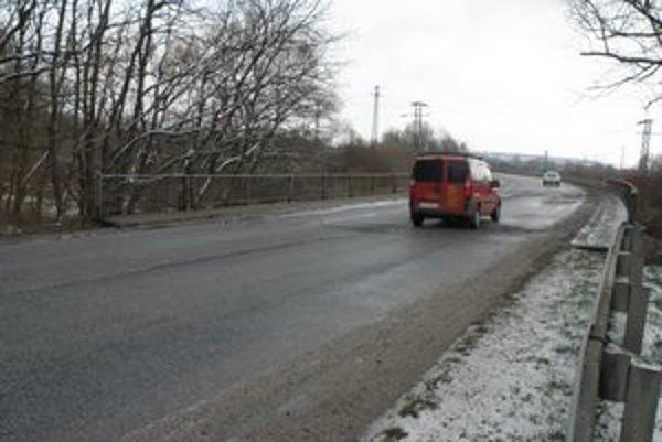Most na ceste medzi Holíčom a Hodonínom ponad potom Chvojnica.