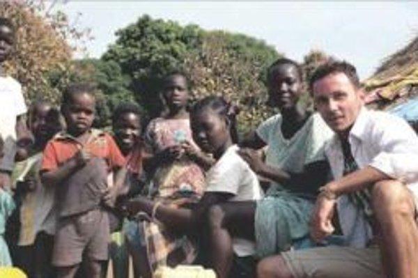 Tomáš mal v triede 60 detí. Len štvrtinu z nich tvorili dievčatá.