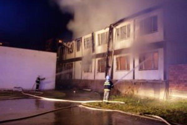 Požiar unimobuniek zamestnal hasičov na dlhé hodiny.
