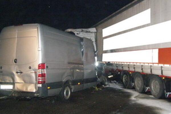 Nehoda dnes v skorých ranných hodinách zablokovala premávku na D2.