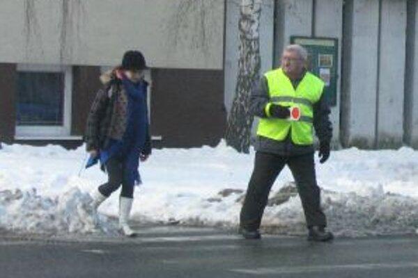 Senickí dôchodcovia pomáhajú školákom už niekoľko rokov.