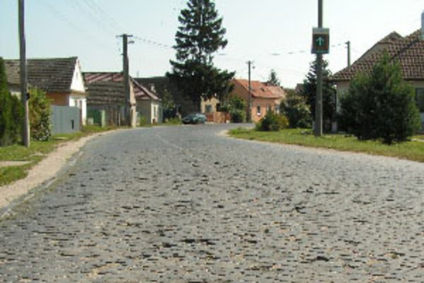 Cesta z kociek v obci Kúty.