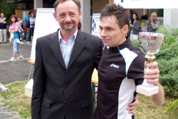 Ján Moravec na 23. ročníku Záhoráckeho maratónu vyhral čo sa len dalo. Cenu mu odovzdal primátor Šaštína Radovan Prstek.