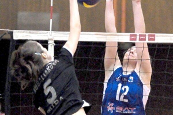 Veronika Krajčová (č. 12) nedovolila bodovať Radke Kubaliakovej z COP Nitra.