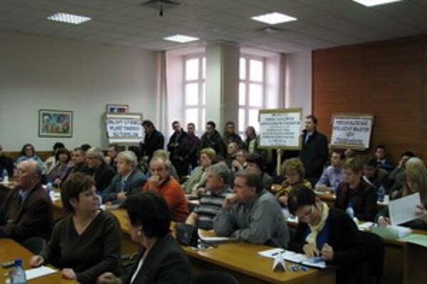Aktivisti zaplnili takmer celú veľkú zasadačku na úrade.