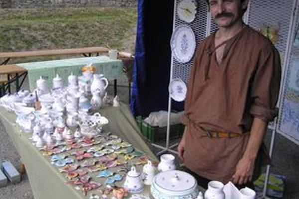 Peter Pollák vyrába holíčsku fajansu už 26 rokov.