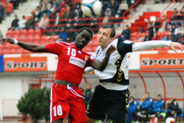 Strelec rozhodujúceho gólu Mohamadou Seye (vľavo) v súboji so Samirom Merzočom.
