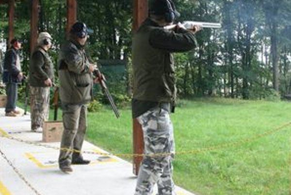 Súťažiaci strelci v akcii na Brokovom prebore na holíčskom Veternom mlyne.