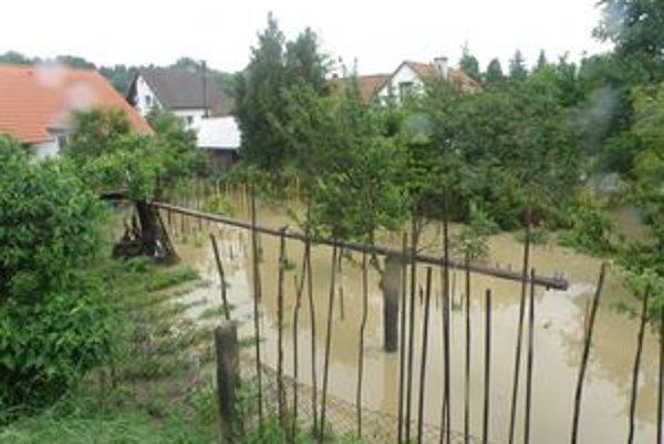 Ľudia rátajú škody spôsobené povodňami.