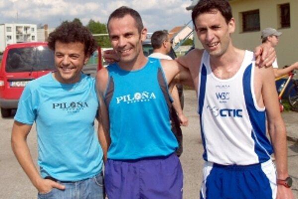 Spokojné trio zo španielského Gijonu v cieli polmaratónu. Vpravo víťaz Martin Alvaréz Espinar, v strede víťaz kat. nad 40 rokov Pablo Solarez Fernandez, vľavo ich tréner Juan Carlos.