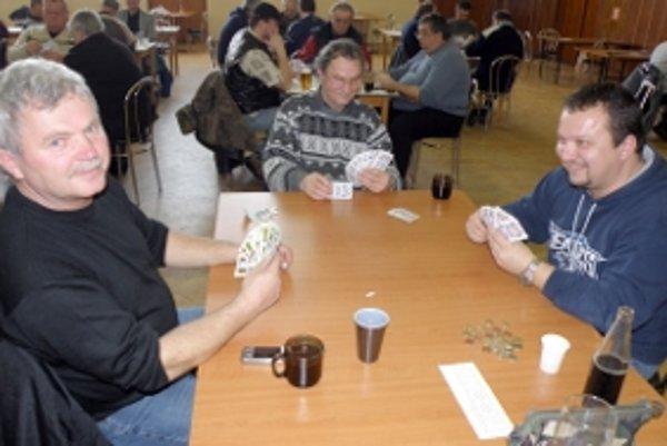 Mariášisti počas turnaja v Radošovciach.