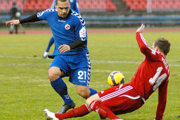 Juraj Piroska (v modrom) dal z penalty víťazný gól s Banskou Bystricou.