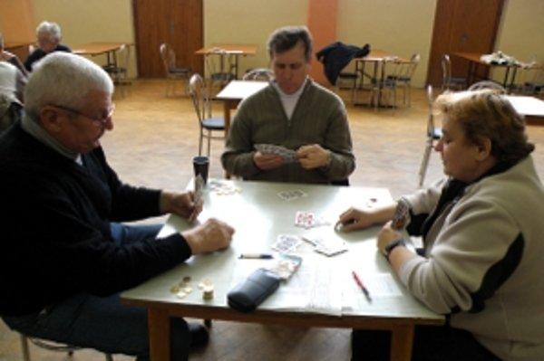 Mariáš, to nie je len výsada mužov. Úspešne ho hrá aj Lujza Kováriková (vpravo) z Borského Mikuláša.