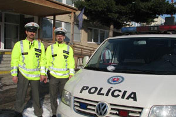 Policajti, ktorí zachránili muža, ktorý sa pre nešťastnú lásku rozhodol skočiť pod auto.
