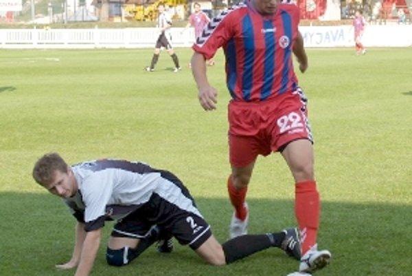 Po tomto súboji so Seničanom Romanom Mihálikom je Myjavčan Peter Kumančík na kolenách. Po zápase sa však on tešil so spoluhráčmi z postupu.
