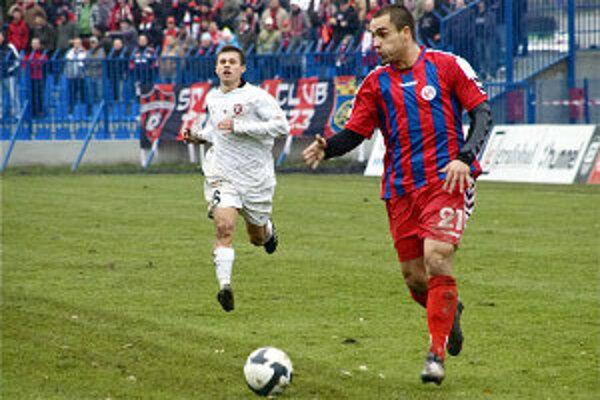 Juraj Piroska (s loptou) dal druhý gól do siete mladej reprezentácie.