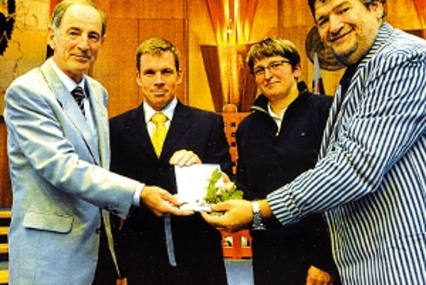 Knihu Miroslava Hazuchu (vľavo) krstili aj olympijskí víťazi Michal Martikán a Elena Kaliská.