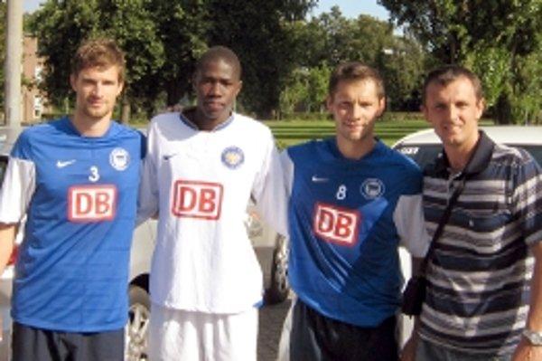 Zľava sú A. Friedrich, kapitán Herthy, Lamine Fall, Pál Dardai, reprezentant Maďarska, Jaroslav Foltín, hráčsky agent.