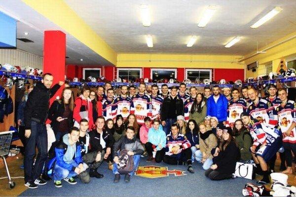 Spoločná fotografia s hráčmi HKM Zvolen po skončení extraligovégho zápasu Tvolen – Skalica.