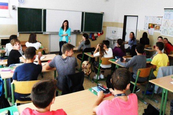 Jedna z nových učiteliek ZŠ na Ulici SNP Katarína Remenárová u svojich žiakov.