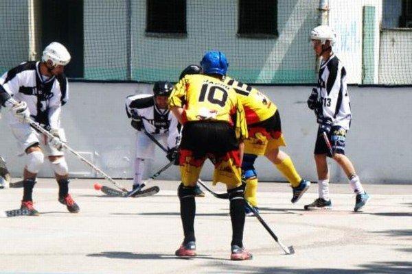 V Mestskej hokejbalovej lige beží play-off už v plnom prúde. Záber zo sobotňajšieho zápasu Z. Panáci – Hrobári, ktorý sa skončil výsledkom 4:1.