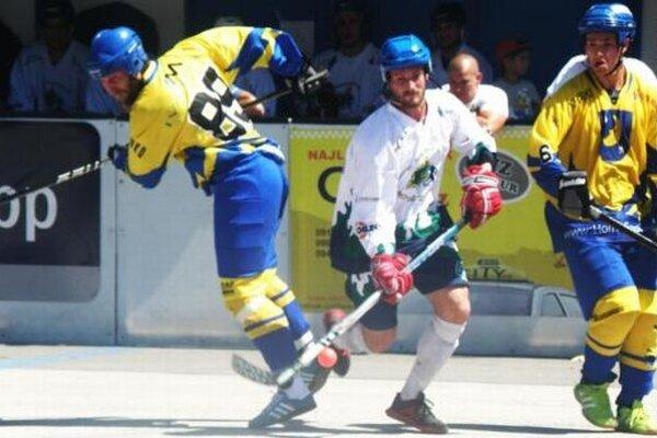 Novozámčan Viktor Németh (v bielom) sa snaží presadiť medzi dvoma brániacimi hráčmi Diakovej. HBK zvíťazil vprvom barážovom zápase nad D.C.S.I 4:1