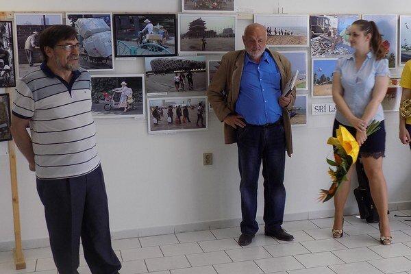 O. Berta (vľavo) a J. Medveď na vernisáži.