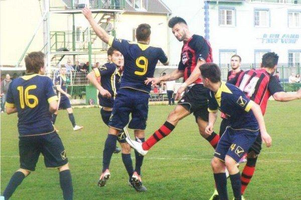 Útočný dvojzáprah FKM Košút (vo výskoku) a Král (14) sa gólovo presadil. Obaja prispeli k víťazstvu Novozámčanov nad Crystalom LR v pomere 2:1.