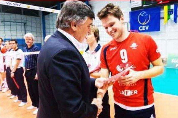 Prezident SVF Ľubor Halanda gratuluje kapitánovi Spartaka VKP Komárno Tomášovi Hollému.