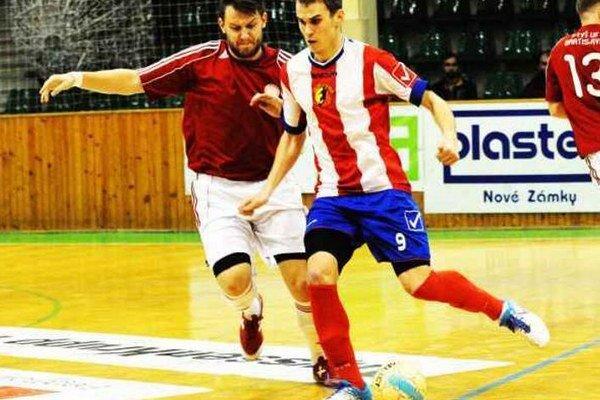 Pri lopte Novozámčan patrik Vašek, ktorý sa v zápase proti FTVŠ UK prezentoval dvoma peknými gólmi.