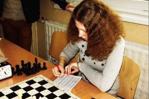 Opora ŠK Dvory nad Žitavou Sophia Rozsnyó si počas stretnutia usilovne zapisuje ťahy.