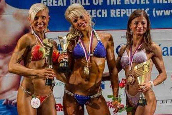 Spoločná fotografia troch medailistiek po slávnostnom vyhlásení výsledkov. Uprostred prvá Anita Kuczmanocá.
