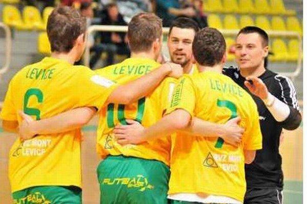 Domáci Levičania sa v susedskom futsalovom derby proti Novým Zámkom radoval z gólu až desaťkrát.
