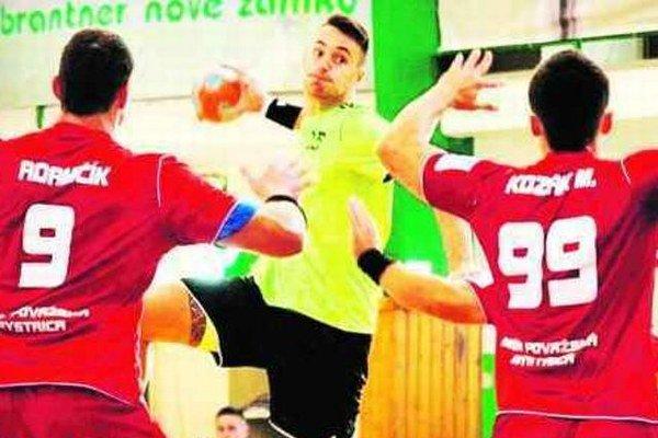 Kanonier Novozámčanov Dávid Pogány strieľa cez obranu Považanov v jednom z predchádzajúcich zápasov.