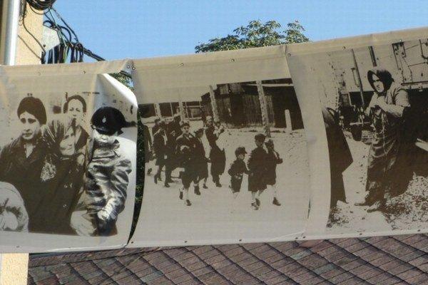 Transporty do koncentračných táborov si Novozámčania pripomenuli sériou fotografií vystavených priamo nad pešou zónou.