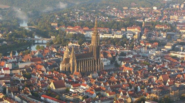 Gotická katedrála v nemeckom Ulme má najvyššiu kostolnú vežu na svete.