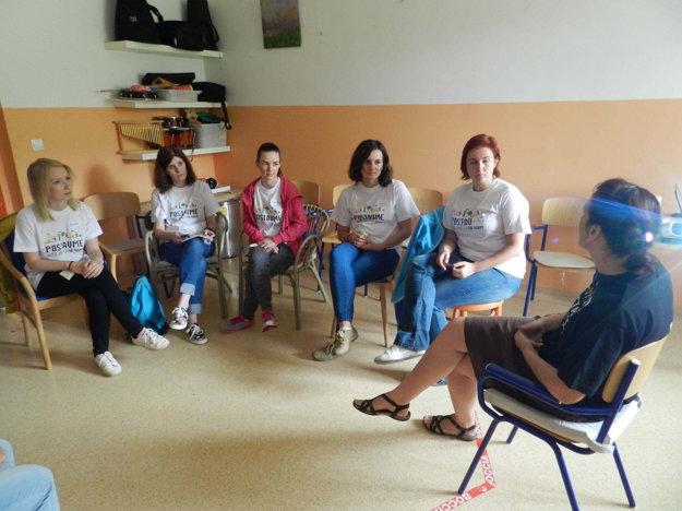 Riaditeľka DSS Sibírka Mgr.Betinová a vedúca terapeuticko-diagnostického úseku Mgr.Kmeťová predstavujú aktivistkám svet ľudí so špeciálnymi potrebami.