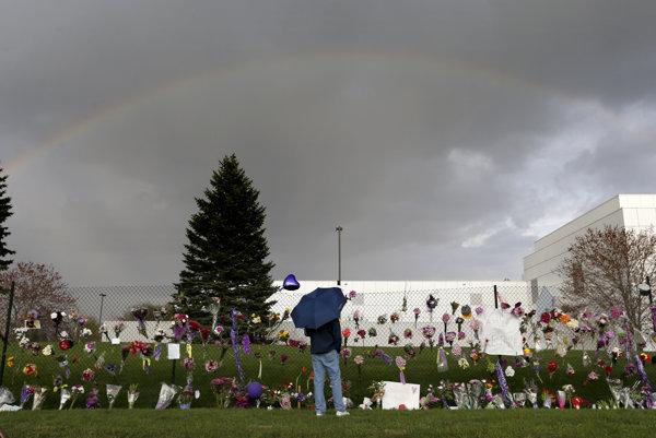 Sídlo speváka a hudobníka Princea v Paisley Park v americkom Minneapolise by sa mohlo stať turistickou atrakciou. Po jeho smrti 21. apríla sem začali jeho fanúšikovia prinášať kvety.